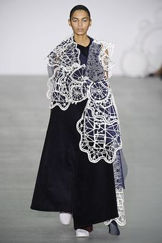 Xiao Li This designer makes me ponder interesting/brilliant versus wearable All Fashion, Fashion 2017, Fashion Show, London Fashion, Fashion Design, Xiao Li, Loose Knit Sweaters, Layered Tops, Knitted Tank Top