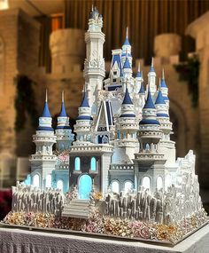 Another amazing 3 meters high and edible Castle wedding cake from @lenovelle with astonishing details. Fairy tale becomes reality.