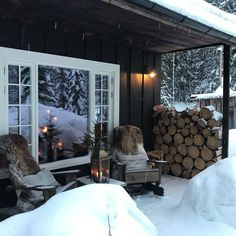 Want to experience the goodness of living in a country-style house and away from the city, and if you love hands-on, log cabin kits is the solution. Mountain Cottage, Lakeside Cottage, Cottage Design, House Design, Chic Chalet, Winter Cabin, Cabin Interiors, Cabins In The Woods, Cozy House