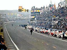 """La salida de 1969. Todos los pilotos han corrido hacia los coches, solo uno camina tranquilo por la pista: es Jackie Ickx (""""una carrera de 24 horas no se gana en el primer minuto"""", había dicho antes de salir). 24 horas después, ganaba la carrera por el margen más estrecho de la historia."""