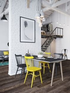 Le mur de briques et les chaises jaune pétillant de cette salle à manger lui donnent du style !