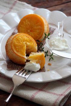 たっぷりのオレンジの果汁を染み込ませたりっとりジューシーなアップサイドダウンケーキ。純白ごま油を使ったオイルケーキなので軽い仕上がり。冷やして食べるのもオススメですよ。