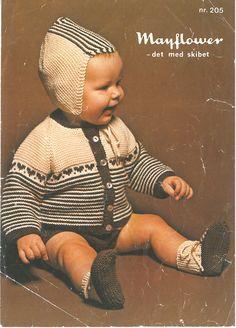 Babydragt med tilhørende hue i ren retro stil. Men mindst lige så moderne idag og anvendelig som altid. De små