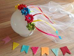 Tiara de noiva caipira com apliques de fitas com bandeirinhas.  Serve em criança e adulto.  O vel tem 40 cm aproximadamente.