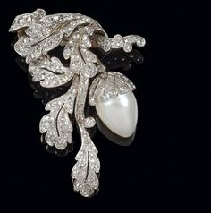 A diamond brooch, total weight ca. 1,50 ct gold 585, platinum 950, 1 cultured pearl, 7,6 g, brooch element detachable, some stones with surface marks