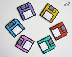 Nostalgic for MS DOS? games on floppy disks? Underside of glass disks measuring approximately 9cm by 9cm. Color to choose For the batch of 4 or 6 to be specified when ordering. Each piece is made of iron Hama beads. Delivery by standard mail. Ready to ship in 1 to 3 days.