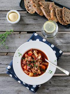 Tomatsuppe med kylling, bacon og pasta