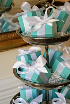 Stunning way to use our Tiffany Box favor boxes! Wedding party favor boxes www.nazar-fashion.com/shop/wedding-accessories/tiffany-boxes