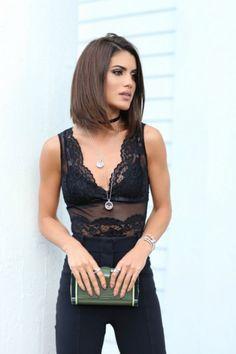 Camila Coelho, blusa de renda transparente, com lingerie aparecendo, calça preta da alfaiataria