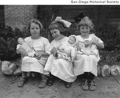 Three little girls playing with dolls at a children& home Vintage Children Photos, Vintage Girls, Vintage Pictures, Vintage Images, Antique Photos, Vintage Photographs, Old Photos, Kind Photo, Old Dolls