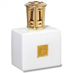 Lampe Feuille d'Or. Prestigieuse, cette lampe en porcelaine à la forme classique et élégante, est agrémentée en son centre d'un décor froissé à base d'or véritable, appliqué à la main, rendant ainsi chaque pièce unique.