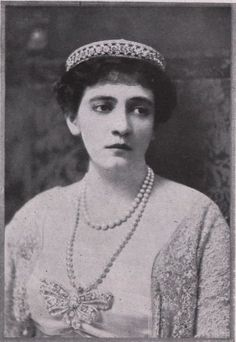 Nancy Leeds wearing a relatively simple diamond circlet in the early years of the 20th century. This piece was later used at her wedding to Prince Christopher of Greece