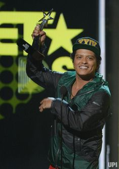 Bruno Mars accepts award for Best Male R&B/Pop Artist at the BET Awards in Los Angeles Bruno Mars Awards, Bet Awards, Movie Releases, Interesting News, New Artists, Celebrity Photos, Concert, Celebrities, Microsoft