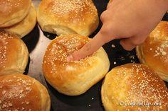 Μ΄αυτόν τον τρόπο, πιέζοντας δηλαδή την επιφάνεια από αυτό το ξεχωριστό ψωμάκι, ελπίζω να σας δώσω να καταλάβετε πόσο μαλακά και αφράτα είναι αυτά τα ψωμάκια για να κάνετε πετυχημένα χάμπουργκερ και όχι μόνο. Τα έτοιμα βιομηχανοποιημένα ψωμάκια για μπέργκερ πέρα από τα τόσα πρόσθετα και συντηρητικά που περιέχουν, στερούνται απόλυτα γεύσης. Δοκιμάστε να τα φτιάξετε μόνες σας και θα διαπιστώσετε πως δεν είναι και τόσο δύσκολο τελικά. Ψωμάκια αφρός που θα ξετρελάνουν εσάς και τα παιδάκια σας…