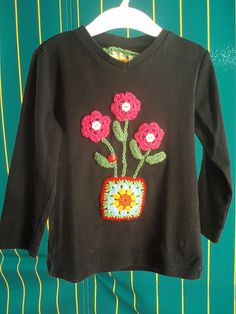 La ventana azul: 32.- Camiseta de flores Crochet Fabric, Crochet Blouse, Crochet Granny, Crochet Crafts, Easy Crochet, Crochet Flowers, Knit Crochet, Embroidery Patterns, Crochet Patterns