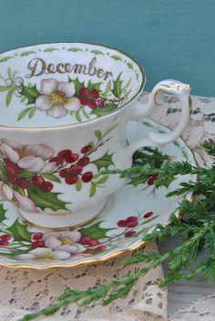 ROYAL ALBERT Flower of the Month December