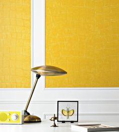 """coté maison:  De la peau de croco au mur... avec papier mural vinyle  Photo : Élitis  ...Ou tout comme grâce à ce papier vinyle haut en couleur, et en relief. Même vos amis les plus difficiles à bluffer n'y veront que du feu.  Papier-peint """"Big Croco"""", rouleau de 0,70 x 10 m (103 €, Élitis)."""