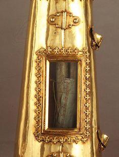 BRAS-RELIQUAIRE de Charlemagne à Aachen (Aix la Chapelle), petite vitrine dans laquelle on discerne l'os du bras de Charlemagne. Le reliquaire n'est pas en or pur mais en argent doré à l'or fin. Il a été fait en 1481, à Lyon, commandité par le roi Louis XI.