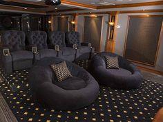 cinema em casa com poltronas redondas e tapete