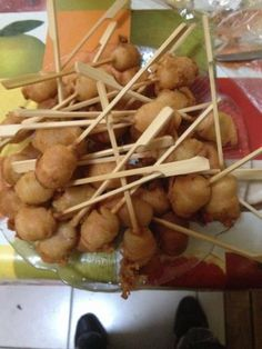 Corn dogs / Pogos - Recette de cuisine Marmiton : une recette Corn Dogs, Canapes, American Recipes, Food Recipes, Country Open Plan Kitchens, Meal, Sofas, Couches, Finger Food