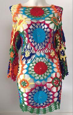 Olá amigas, leitoras e seguidoras.   Hoje trago uma saída de praia bem colorida, com a cara do verão.   Uma peça composta por squares, de... Freeform Crochet, Crochet Art, Crochet Blouse, Crochet Clothes, Triangles, Boho Dress, Knitwear, Mandala, Summer Dresses