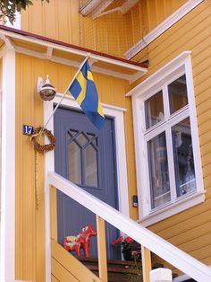 Very Swedish picture: yellow color, flag, Dalarna hesten, wooden house. Everything is there!