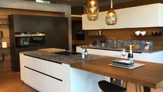 Tour through a white handleless kitchen - Design della cucina Kitchen Room Design, Kitchen Cabinet Design, Modern Kitchen Design, Kitchen Decor, Modern Kitchen Cabinets, Kitchen Island, Handleless Kitchen, Küchen Design, Home Design