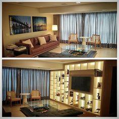 Sala de estar por #danielmaia. Estante e painéis em carvalho americano, piso em porcelanato travertino, sofá e banco em couro por #danielmaia , mesa de centro exclusiva por #danielmaia , poltronas #fernandojaeger , quadros NY/Brookling #photoartsgallery