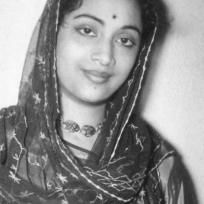 On her death anniversary, we pay a tribute to Geeta Dutt, the ethereal singer who had a short lived career but left an indelible mark in the world of music. Singing Jobs, Singing Career, Playing Piano, Hanuman, Antara, Rare Photos, Bengal, Parents
