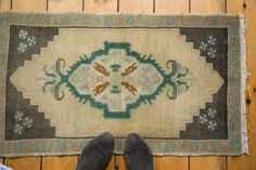 Such simplistic detailing in this beautifully colored 1970s rug mat from Turkey! 2x3 Vintage Oushak Rug Mat by oldnewhouse on Etsy