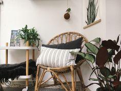 Bei uns: Stuhl von Madam Stoltz, Block Table von Norman Copenhagen - und diverse feine Kissenbezüge, Pflanzen und Prints!