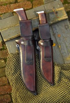 Nice pair of knives, just like the ones I remember my dad owning, full leather sheath, wooden handles. Cool Knives, Knives And Swords, Best Pocket Knife, Knife Sheath, Custom Knives, Leather Projects, Knife Making, Survival Gear, Doomsday Prepping