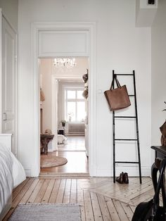 Simple neutrals and natural accessories