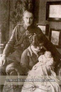 Osmanlı Hanedan Fotoğrafları Halife Abdulmecid - Son Halife Abdulmecid'in oğlu Ömer Faruk, eşi son padişah Vahideddin 'in kızı Sabiha sultan ve kızları Neslişah ile
