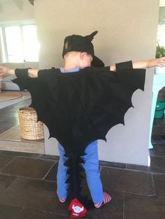 Toothless costume - World News Toddler Halloween Costumes, Family Costumes, Boy Costumes, Toothless Party, Toothless Costume, World Book Day Costumes, Book Week Costume, Dragon Birthday Parties, Dragon Party