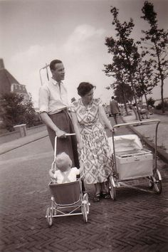 Ouderwetse kinderwagens. These prams were very modern in the fifties.  A lot of people like this http://www.geojono.com/