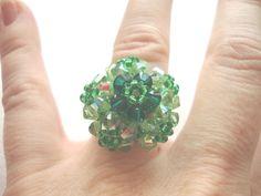 Anillo en forma de cúpula en tonos verdes hecho a mano con cristales de swaroski con efecto AB. Puedo hacer en otros colores caprichosmarja@gmail.com.
