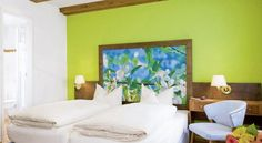 Hotel Münchner Hof und Blauer Turm Regensburg This family-run hotel offers themed rooms with free Wi-Fi. It is just a 2-minute walk from Regensburg Cathedral and a 10-minute walk from Regensburg Train Station.  Each room at the historic, 4-star Münchner Hof has its own style.