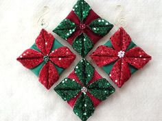 Christmas DIY: Folded fabric quilte Folded fabric quilted Christmas ornaments tutorials complete with photos are free. Folded Fabric Ornaments, Quilted Christmas Ornaments, Noel Christmas, Handmade Christmas, Christmas Decorations, Purple Christmas, Miniature Christmas, Christmas Patchwork, Christmas Sewing