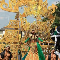 Jember Fashion Carnaval 2018. Carnival Festival, Crazy Fashion, Fantasy Dress, My Heritage, Costume Design, Fair Grounds, Colorful, Queen, Costumes