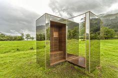 Una casa che sembra trasparente , invece ha le pareti fatte di specchi...