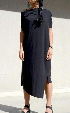 Черна рокля с асиметрична линия Kotyto | Онлайн маркови дамски дрехи, мъжки дрехи и дамски обувки. Online магазин за маркови рокли, блузи, ризи.
