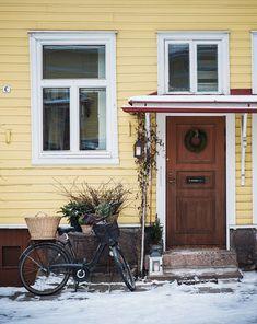 Taidemaalari Katja Mesikämmenen keskustakodin ovessa on muhkea kranssi.