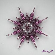 Vánoční hvězda 2014_52 Vánoční hvězdička střední velikosti z plastových a skleněných korálků a perliček v odstínech tlumené růžové barvy. Průměr cca 10 cm, díky koncovým očkům lze zavěsit na háček. Pouze 1 ks - originál.