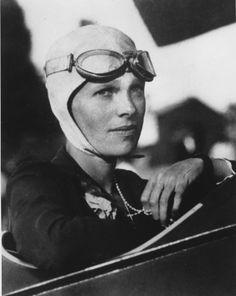 Amelia Earhart, die erste Frau überhaupt und die zweite Person, die allein über den Atlantik flog.