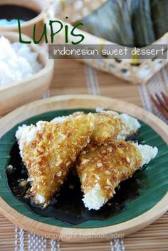When I was a kid, there was an auntie in our neighborhood who sold kue lupis. Hers was so good, the lupis was so soft and I never found th. Indonesian Desserts, Indonesian Cuisine, Asian Desserts, Sweet Desserts, Malaysian Cuisine, Malaysian Food, Dessert Drinks, Dessert Recipes, Asian Cake