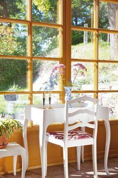 Blomsterbordet är en stilkopia av ett 1700-talsbord, framställt av elever på konsthistorikern Lars Sjöbergs Möbelskola i Kramfors. Table Flowers, House In The Woods, Antique Furniture, Dining Chairs, Villa, Home And Garden, Design Inspiration, Construction, Windows