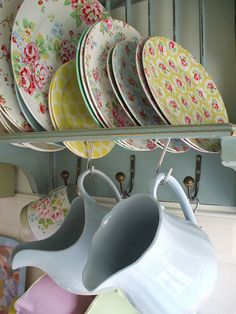 I wish I had somewhere in the kitchen for a plate rack ;)