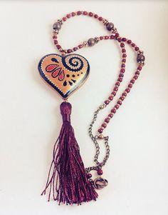 9c9adc179456 Collar con corazón y tassel hecho y pintado a mano.