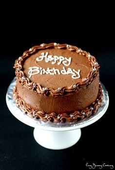 Ein Vegan-Schokoladen-Kuchen mit einer Schokoladenbuttercreme Zuckerguss